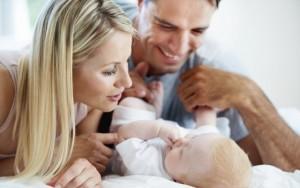 neonato coccolato e felice